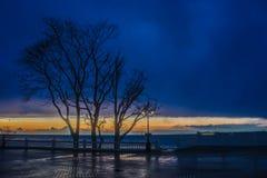 Puesta del sol en el frente de mar Fotos de archivo