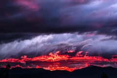 Puesta del sol en el fuego foto de archivo