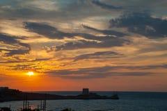 Puesta del sol en el Gargano, el trebuchet y la torre sarracena fotografía de archivo libre de regalías