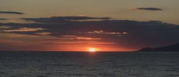 Puesta del sol en el golfo de Palinuro Italia Imágenes de archivo libres de regalías