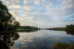 Puesta del sol en el gran lago Foto de archivo