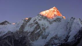 Puesta del sol en el Himalaya Pico de Nuptse almacen de video