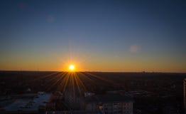 Puesta del sol en el horizonte Imágenes de archivo libres de regalías