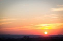 Puesta del sol en el horizonte Foto de archivo libre de regalías