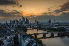Puesta del sol en el horizonte de Frankfurt-am-Main fotos de archivo