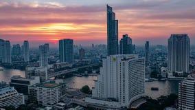 Puesta del sol en el lado del río de la ciudad en Bangkok Tailandia almacen de video