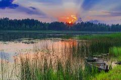 Puesta del sol en el lago imagenes de archivo