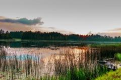 Puesta del sol en el lago Foto de archivo