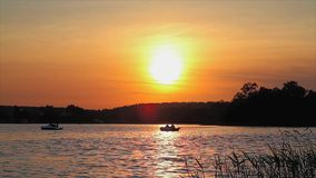 Puesta del sol en el lago almacen de metraje de vídeo