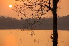 Puesta del sol en el lago Fotografía de archivo