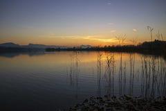 Puesta del sol en el lago en Austria foto de archivo