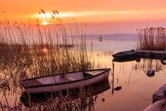 Puesta del sol en el lago Balatón con un barco Foto de archivo libre de regalías