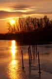 Puesta del sol en el lago Balatón en invierno Imagen de archivo libre de regalías