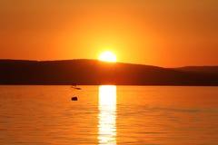 Puesta del sol en el lago Balaton fotografía de archivo libre de regalías