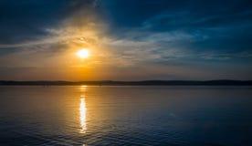 Puesta del sol en el lago Balaton Foto de archivo