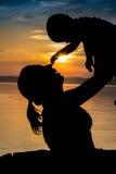 Puesta del sol en el lago Balaton Mama y bebé Fotos de archivo libres de regalías
