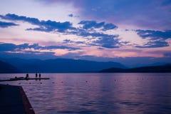 Puesta del sol en el lago Chelan Imagenes de archivo