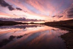 Puesta del sol en el lago colorado Foto de archivo libre de regalías