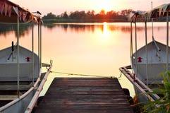 Puesta del sol en el lago con los barcos Imagen de archivo
