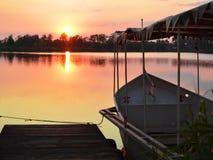 Puesta del sol en el lago con los barcos Fotos de archivo libres de regalías