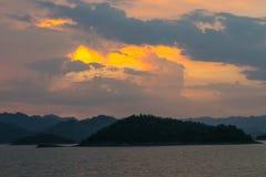 Puesta del sol en el lago con rabia de la montaña Imagenes de archivo
