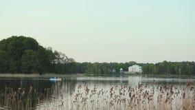 Puesta del sol en el lago con el yate