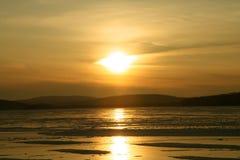 Puesta del sol en el lago congelado imagenes de archivo