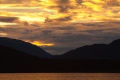 Puesta del sol en el lago de color salmón grande Fotos de archivo