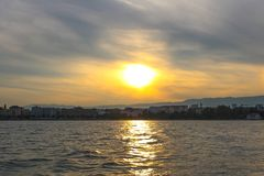 Puesta del sol en el lago de Ginebra Imagen de archivo