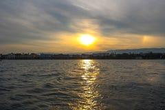 Puesta del sol en el lago de Ginebra Imagen de archivo libre de regalías
