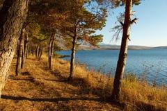 Puesta del sol en el lago de la montaña Imagen de archivo libre de regalías