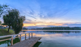 Puesta del sol en el lago de las orillas Imagen de archivo
