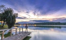 Puesta del sol en el lago de las orillas Fotografía de archivo libre de regalías