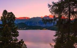 Puesta del sol en el lago de St Moritz y de las montañas circundantes Fotografía de archivo
