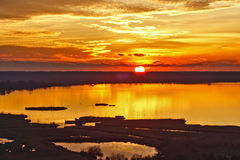 Puesta del sol en el lago del massaciuccoli Foto de archivo