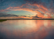 Puesta del sol en el lago en tiempo de verano Imagen de archivo