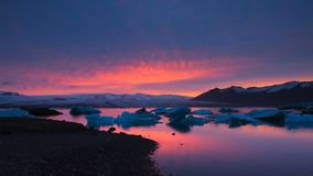 Puesta del sol en el lago glacial Jokulsarlon, Islandia fotografía de archivo