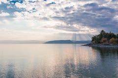 Puesta del sol en el lago Kinneret cerca de la ciudad de Tiberíades en Israel Foto de archivo libre de regalías