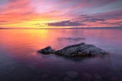 Puesta del sol en el lago del kul del issyk foto de archivo