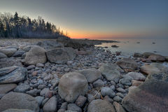 Puesta del sol en el lago ladoga Foto de archivo libre de regalías