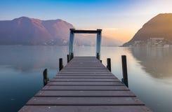 Puesta del sol en el lago Lugano imagenes de archivo