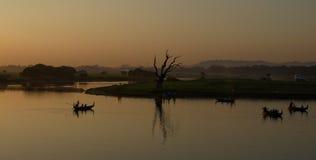 Puesta del sol en el lago man de Taung Tha, Myanmar Imagen de archivo