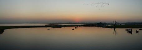 Puesta del sol en el lago man de Taung Tha, Myanmar Fotos de archivo libres de regalías