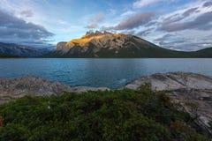 Puesta del sol en el lago Minnewanka en el parque nacional de Banff, Canadá imagen de archivo
