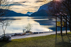 Puesta del sol en el lago Molveno Fotos de archivo