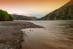 Puesta del sol en el lago Pearson/la reserva de Moana Rua situada en Craigieburn Forest Park en la región de Cantorbery, Nueva Ze Imagen de archivo