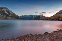 Puesta del sol en el lago Pearson/la reserva de Moana Rua situada en Craigieburn Forest Park en la región de Cantorbery, Nueva Ze Foto de archivo