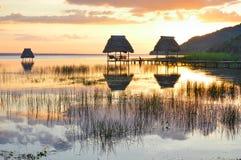 Puesta del sol en el lago Peten Itza en el EL Ramate, Guatemala Fotos de archivo