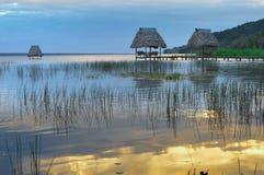 Puesta del sol en el lago Peten Itza en el EL Ramate, Guatemala Imagen de archivo libre de regalías