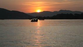 Puesta del sol en el lago Pichola en Udaipur